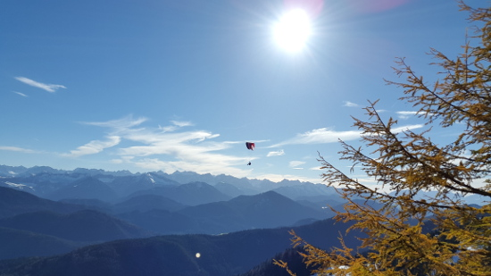 Ein herbstlicher Gleitschirmflug am Brauneck bei Lenggries.