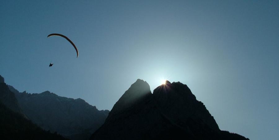 Gleitschirmfliegen über den Bergen bei Garmisch