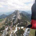 Gleitschirmfliegen über der Kampenwand in Bayern.