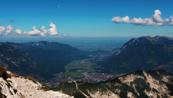 Blick vom Osterfelderkoppf über Garmisch-Partenkirchen auf das Loisachtal.