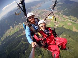 Sommerlicher Gleitschirm Tandemflug über dem Tegernsee