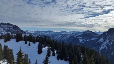 Ausssicht auf die Alläuer Bergwelt von der Bergstation der Bergbahn auf den Tegelberg.