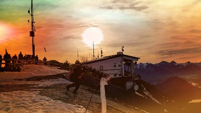 Start zu einem herbstlichen Tandemflug mit dem Gleitschirm am Tegelberg im Allgäu kurz vor Sonnenuntergang.