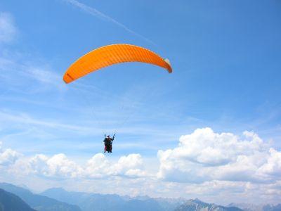 Bei einem Gleitschirm Tandemflug das Ötztal-Panorama genießen